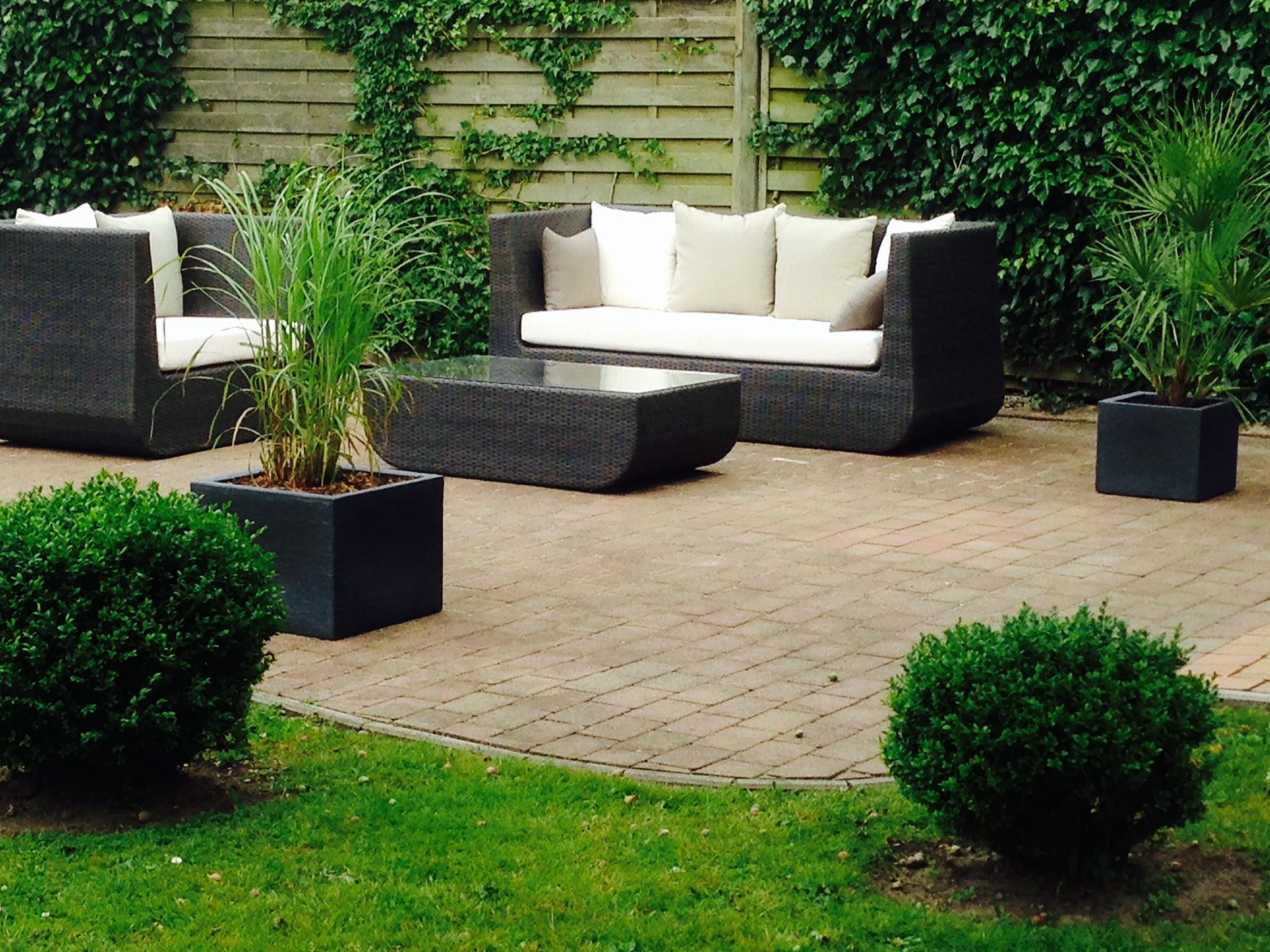 moderner garten mit moderner lounge ecke, feuerstelle und, Garten und bauen